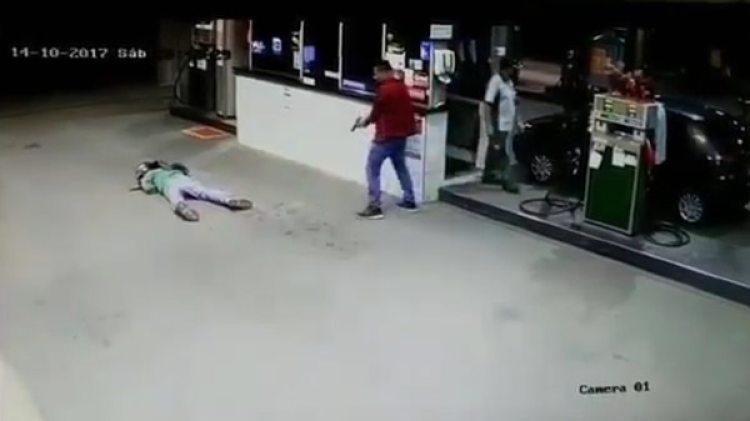El policía de civil se acerca al delincuente, ya muerto