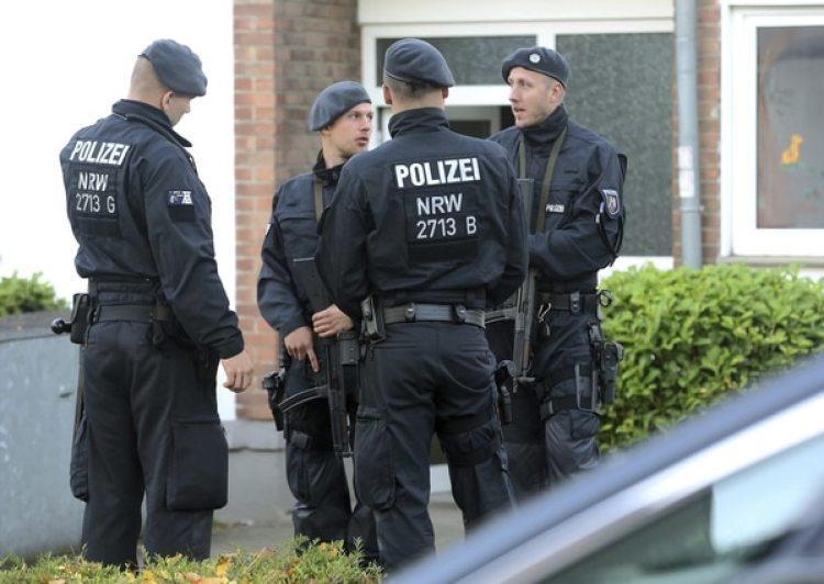 Oficiales vigilan un departamento allanado de un miembro de la organización Hells Angels (dpa via AP)
