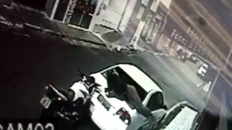 El motociclista chocó de frente, se incrustó en el cristal y luego