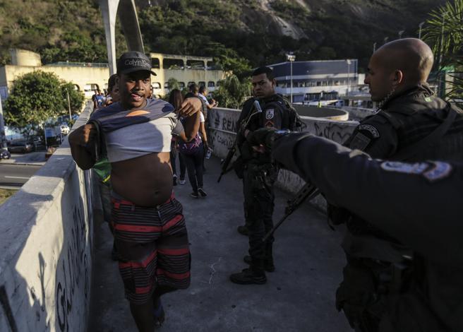 Agentes de la policía patrullan frente a la favela Rocinha el jueves pasado