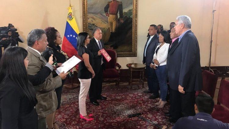 El momento de la juramentación de los cuatro gobernadores ante la Asamblea Constituyente