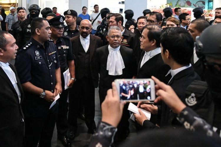El juez Azmi Ariffin (C) y los defensores de las acusadas (AFP PHOTO / MOHD RASFAN)