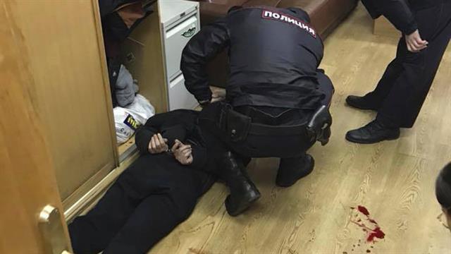 Moscú: un hombre entró a una radio y acuchilló en la garganta a una periodista