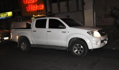 La camioneta en la que los dos funcionarios del Banco Unión fueron trasladados desde el aeropuerto hasta el Ministerio Público en La Paz