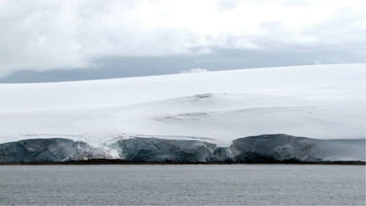 Grietas en el hielo en el glaciar cerca de la base argentina Carlini in Antártida (Reuters)