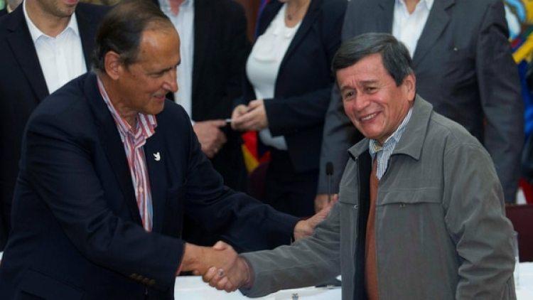Juan Camilo Restrepo, negociador del gobierno, y Pablo Beltrán, negociador del ELN.
