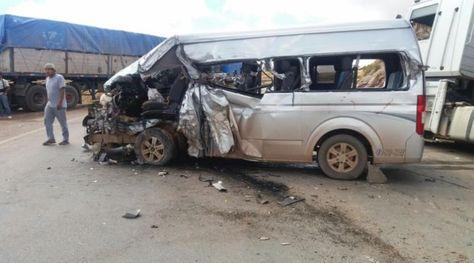 El minibús tiene destrozado la parte delantera izquierda.