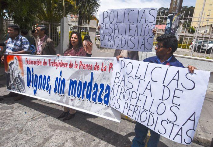 PERIODISTAS DE DISTINTOS MEDIOS DE LA CIUDAD DE LA PAZ REALIZARON AYER UNA PROTESTA FRENTE AL COMANDO GENERAL DE LA POLICÍA. EXIGEN RESPETO AL TRABAJO PERIODÍSTICO.