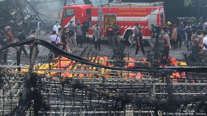 Indonesien Feuer in Feuerwerkfabrik in Tangerang (Getty Images/AFP/D. Sanjaya)