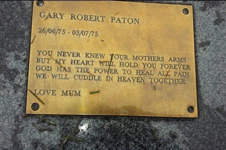 La placa del ataúd con el nombre de Gary Paton (Cortesía de Lydia Reid)