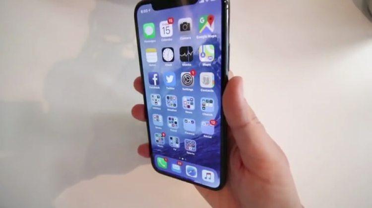 El iPhone X de perfil, sin el característico botón de inicio de los modelos anteriores