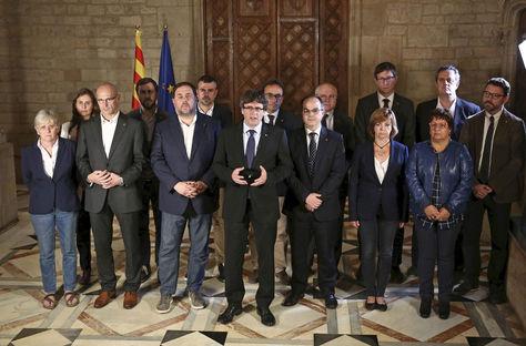 Fotografia facilitada por la Generalitat de la declaración del president catalán Carles Puigdemont y su gobierno tras el referéndum ilegal celebrado hoy en Cataluña. Foto: EFE