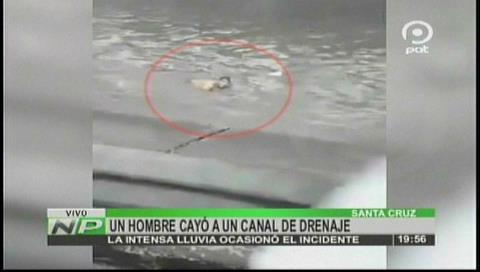 Intensa lluvia: Policía salvó a un hombre, lo ayudó a salir del canal de drenaje