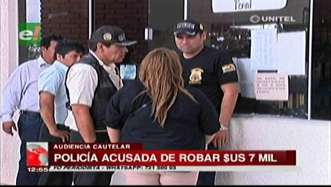 Detienen a mujer policía acusada de robar siete mil dólares