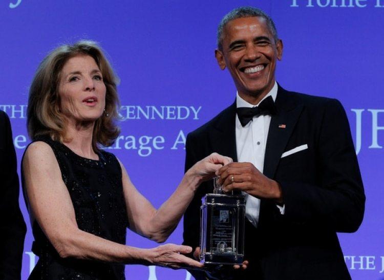 Caroline Kennedy, en una ceremonia de premios de la fundación JFK, conBarack Obama. (Reuters)