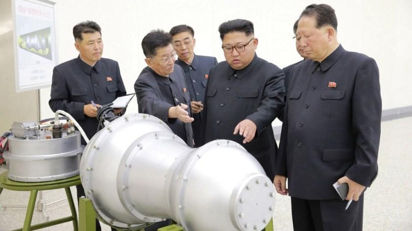 """Kim Jong-un inspecciona la bomba H que luego sería probada """"con éxito"""". (KCNA via Reuters)"""