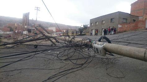Un poste que cayó en Villa Armonía. Foto: Iván Montero
