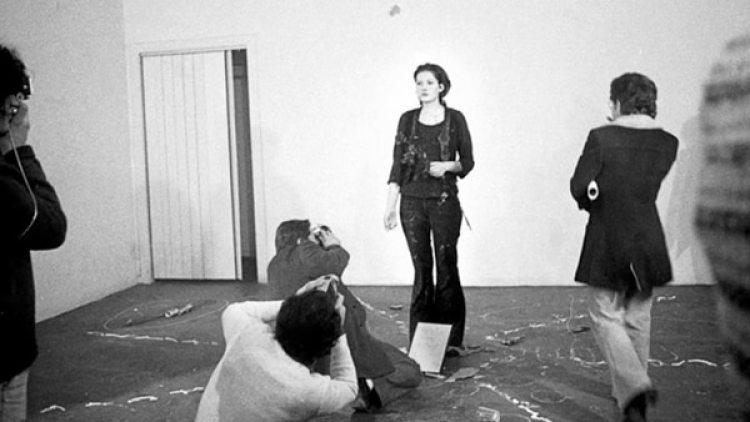 La artista, al inicio de su performance, en la galería Studio Morra de Nápoles, Italia (Marina Abramovic Institute)