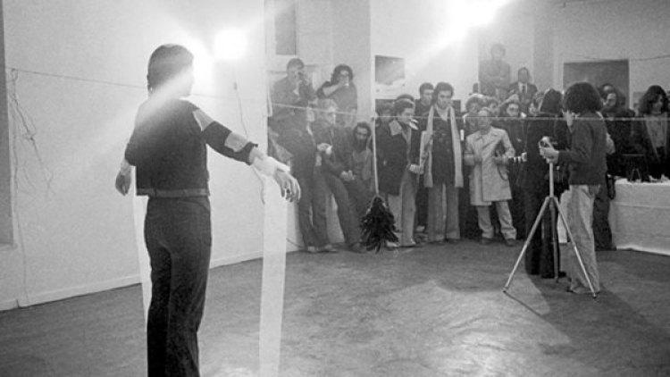 Al comienzo de la performance, el público se mueve poco (Marina Abramovic Institute)