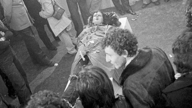 La acuestan en una mesa, la atan y clavan un cuchillo entre sus piernas (Marina Abramovic Institute)