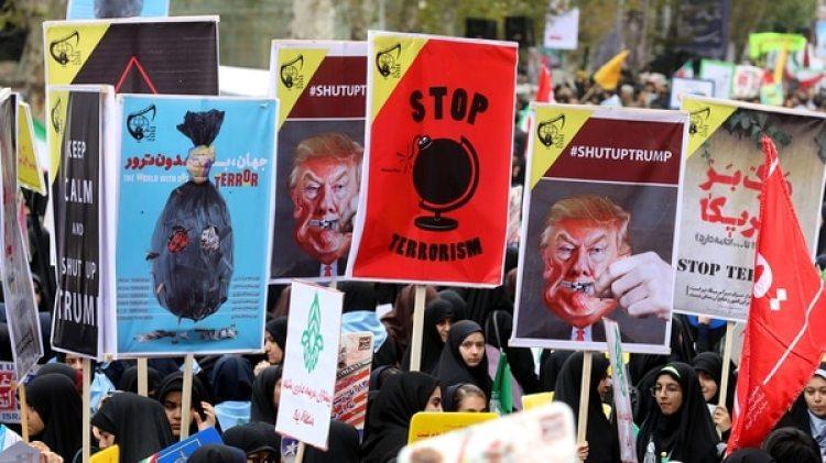 """Carteles contra el presidente de Estados Unidos. """"Callen a Trump"""", dice uno de ellos (AFP)"""