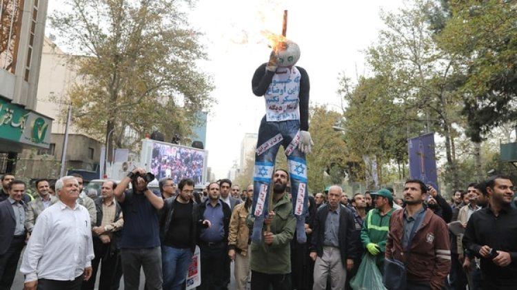 Los manifestantes queman un muñeco con la bandera de Israel (AFP)