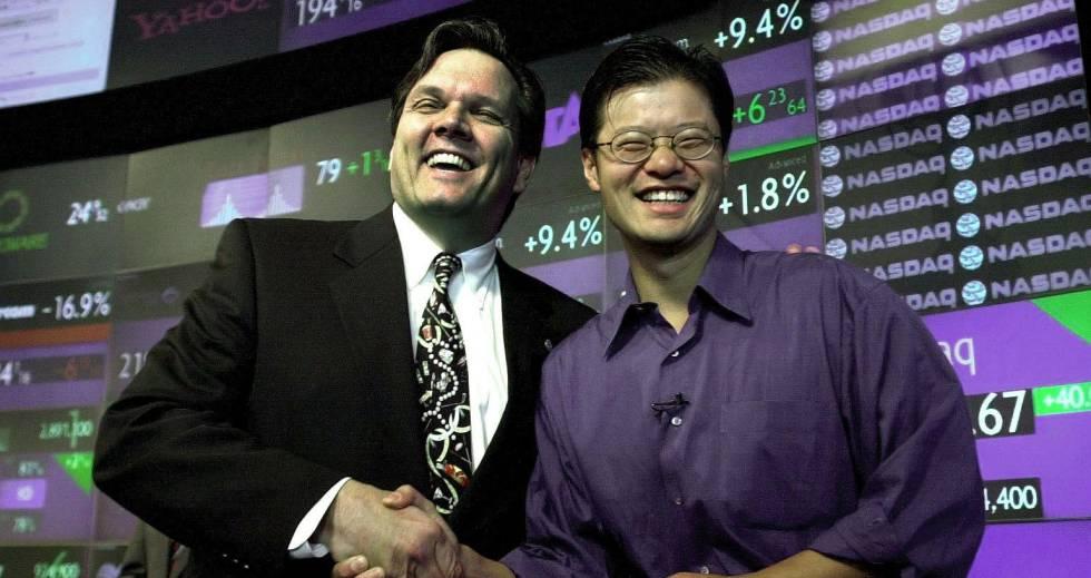 Jerry Yang (derecha), confundador de Yahoo, con un directivo del  Nasdaq, en marzo de 2000.
