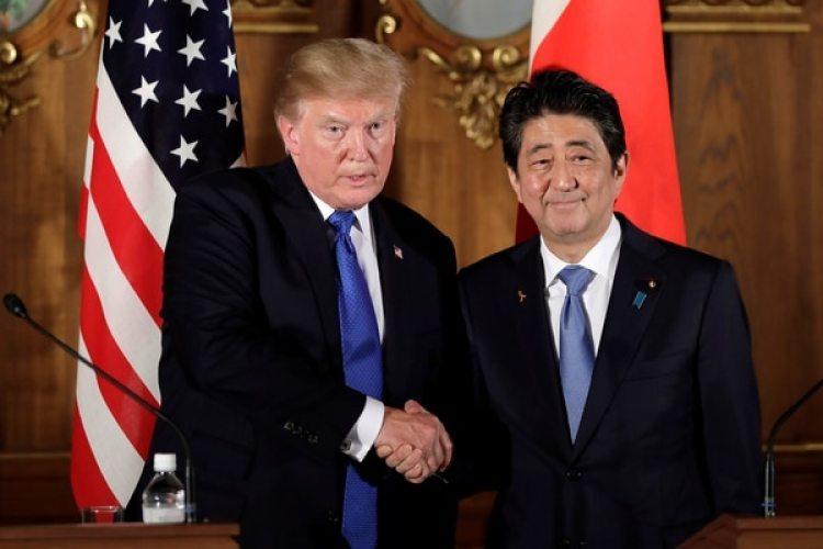 El presidente estadounidense Donald Trump con el primer ministro japonés Shinzo Abe al finalizar la rueda de prensa enTokyo, Japón (REUTERS/Kiyoshi Ota/Pool)