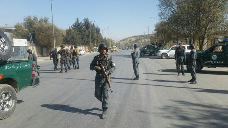 Fuerzas de seguridad afganas tras el ataque a la televisión en Kabul (Reuters)