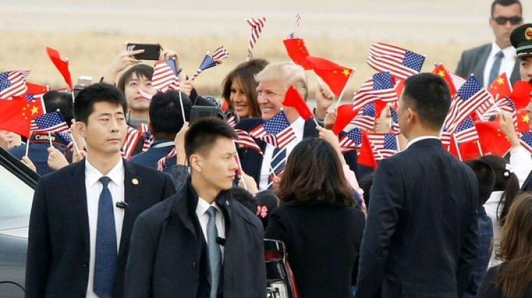 El presidente de EEUU Donald Trump y la primera dama Melania en el aeropuerto de Beijing (Reuters)