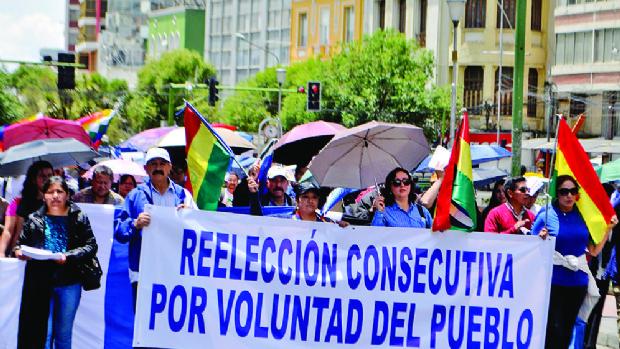 Lluvia de billetitos y control de asistencia en marcha por Evo