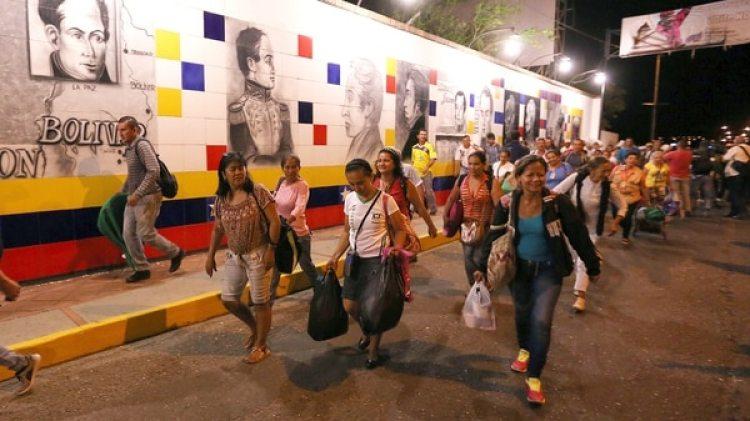 Venezolanos ingresando a Colombia para buscar alimentos (EFE)