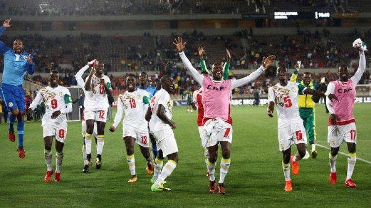 Senegal celebra el triunfo ante Sudáfrica y la clasificación al Mundial (AFP)