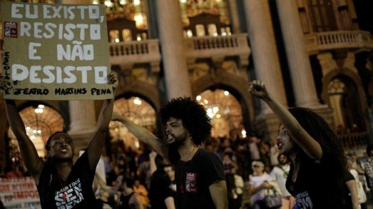 Miles de personas salieron este viernes a las calles de Río de Janeiro a protestar. (Reuters)
