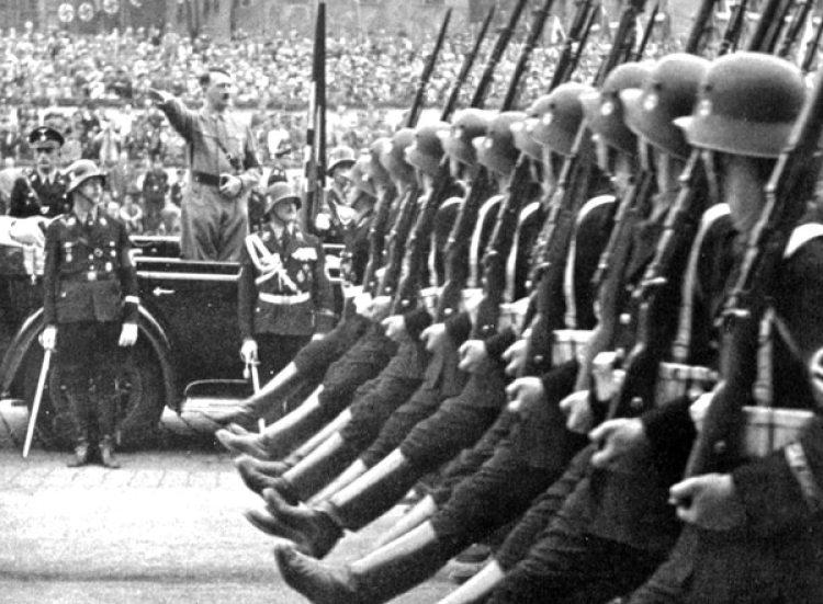 La propaganda y el lobby interno de Himmler hicieron que Adolf Hitler sintiera debilidad por las tropas de la Waffen SS, unos asesinos ideologizados al servicio del Tercer Reich