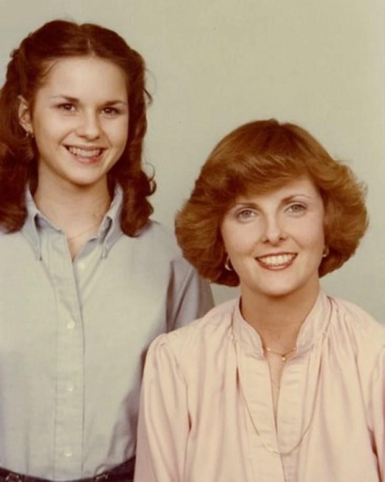Leigh Corfman con su madre, Nancy Wells, alrededor de 1979, cuando la adolescente tenía 14 años. (Foto familiar/The Washington Post)