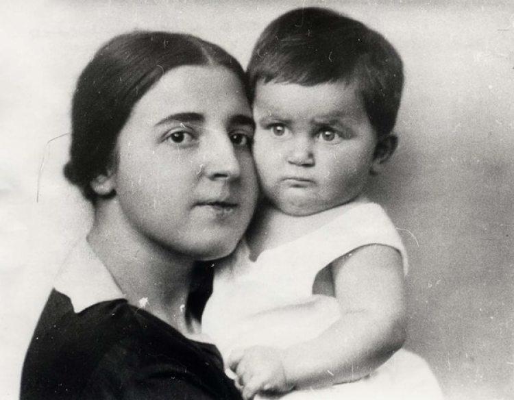 Svetlana y su madre Nadezhda Allilúyeva, que se suicidó en 1932