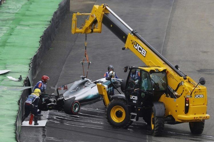 Una grúa debió remover el Mercedes de Lewis Hamilton tras su accidente en Brasil durante la clasificación para el GP de ese país que se disputa en el circuito de Interlagos(AP Photo/Nelson Antoine)