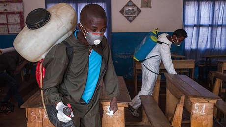 Funcionarios del Ministerio de Salud de Madagascar rocían plaguicidas contra los portadores de la peste en una escuela primaria en Andraisoro, un distrito de la Antananarivo, la capital, el 2 de octubre de 2017.