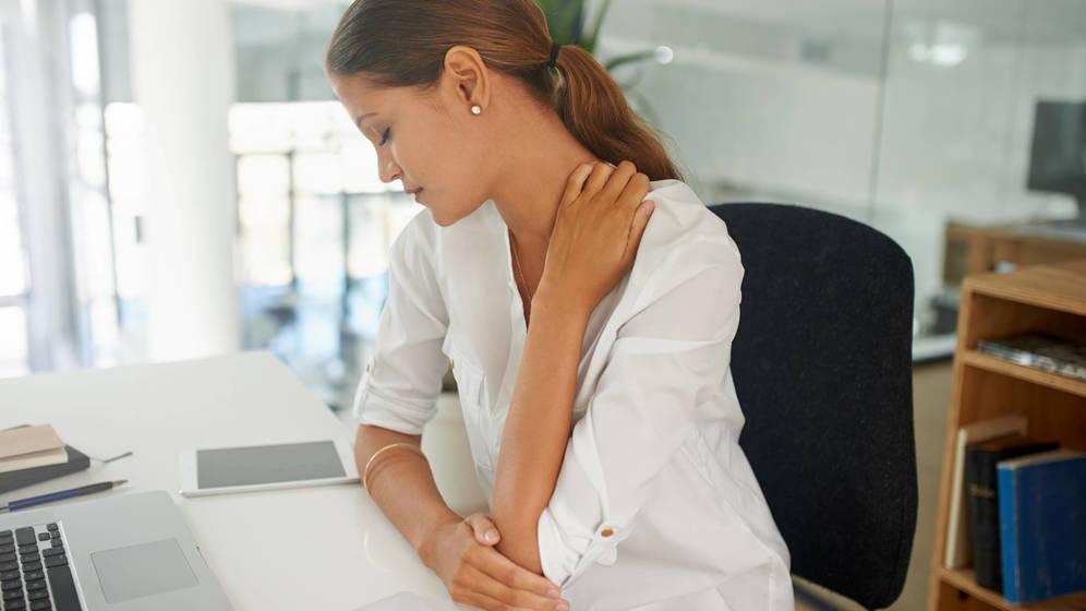 Foto: Es especialmente molesto, pues utilizamos los hombros hasta en los movimientos más cotidianos. (iStock)