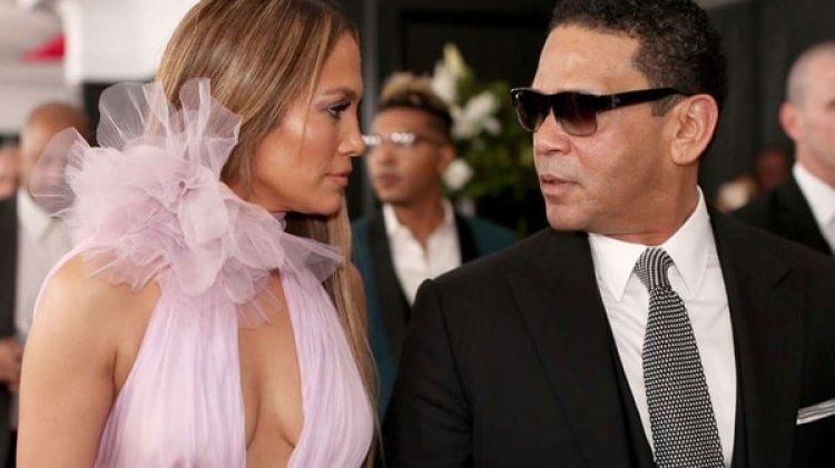 Jennifer Lopez, junto a Benny Medina (Getty)
