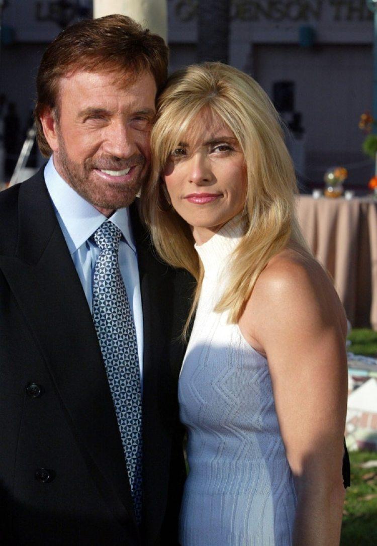 El actor Chuck Norris junto a su mujer Gena, en 2004 (Photo by Frazer Harrison/Getty Images)