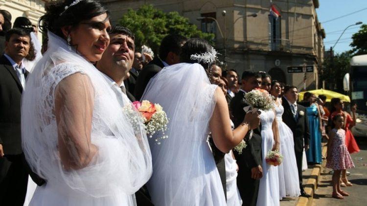 Las parejas en la puerta de la iglesia (EFE)