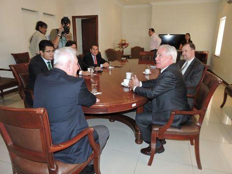 El encargado de Negocios de Estados Unidos, Peter Brennan, (d) conversa con Costas (i).