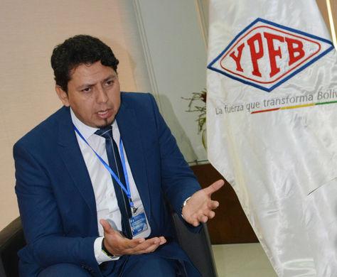 El presidente de YPFB, Óscar Barriga, en declaraciones a los medios. Foto: YPFB