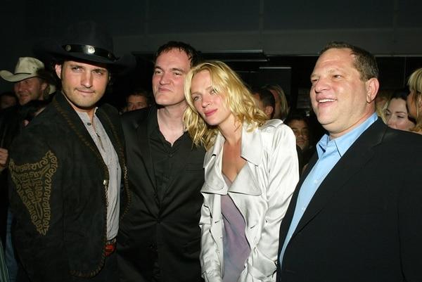 """Los directores Robert Rodriguez y Quentin Tarantino Uma Thurman y el productor Harvey Weinstein durante una fiesta para la presentación de""""Kill Bill Vol. 2""""en 2004 en Los Ángeles California"""