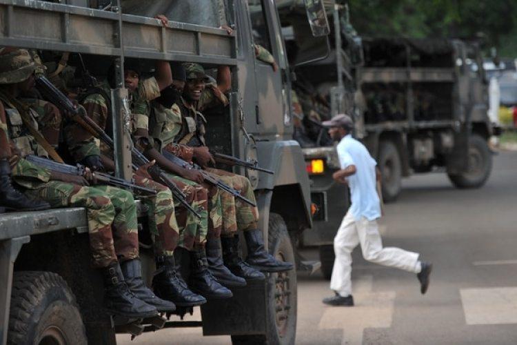 Tropas del ejército de Zimbabwe ocupan las calles un día antes de la jura de Mnangagwa como presidente. El político fue siempre el vínculo de Mugabe con las fuerzas armadas (AFP)