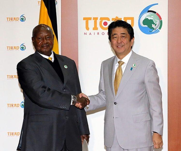 Yoweri Kaguta Museveni junto al primer ministro japonés, Shinzō Abe
