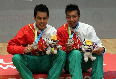 Roland Keller (izq.) y Conrado Moscoso del equipo boliviano de ráquetbol. Foto: Archivo EFE