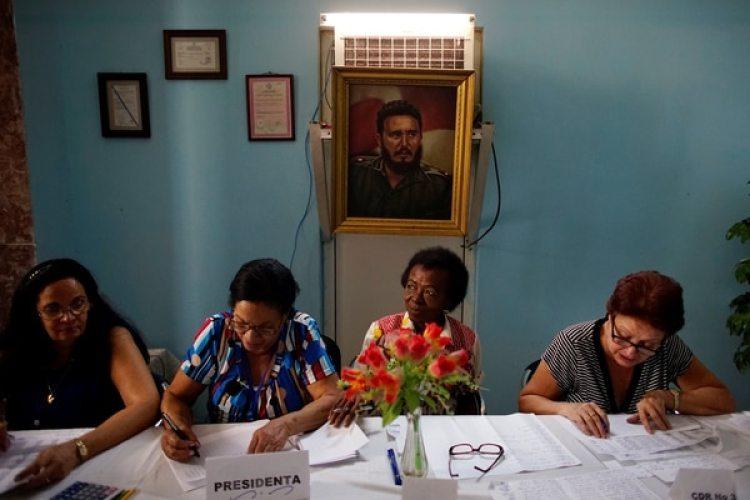 Mujeres controlan los documentos de un elector en La Habana (REUTERS/Alexandre Meneghini)